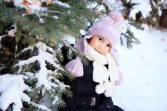 Gladlynt härlig flicka i lilavinterhatt Royaltyfria Bilder