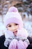 Gladlynt härlig flicka i lilavinterhatt Royaltyfri Foto