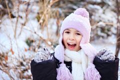 Gladlynt härlig flicka i lilavinterhatt Royaltyfri Bild