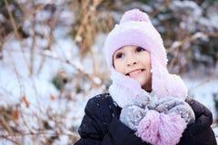Gladlynt härlig flicka i lilavinterhatt Royaltyfria Foton