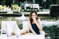 Gladlynt härlig kvinna för stående: Den attraktiva flickan skrattar en skämtberättelse royaltyfria bilder