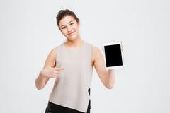 Gladlynt härlig ung affärskvinna som rymmer minnestavlan för tom skärm Fotografering för Bildbyråer