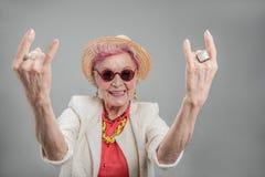 Gladlynt hög kvinna som poserar i studio royaltyfri bild