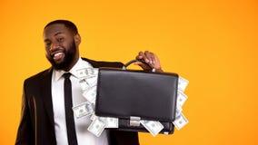Gladlynt handv?ska f?r afrikansk amerikanmaninnehav med kassa och att le f?r dollar arkivfoto