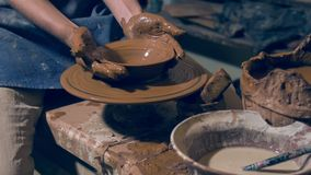 Gladlynt hantverkare som tycker om krukmakerikonst stock video