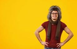 Gladlynt hipster i moderiktig pälshatt arkivbild