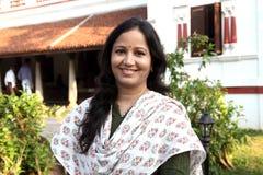 Gladlynt indisk kvinna i lantlig backgound Royaltyfri Bild