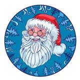 Gladlynt jultomten i en blå cirkel från gran-träd Arkivfoto