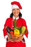 Gladlynt kockkvinna med grönsaker Arkivfoton