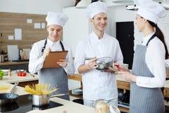 Gladlynt kockvisning hur man lagar mat arkivfoton