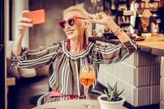 Gladlynt kort-haired hög dam som poserar med brett leende arkivbild