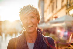 Gladlynt kvinna i staden under sommar Royaltyfri Foto