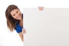 Gladlynt kvinna i studio med det blanka arket Fotografering för Bildbyråer