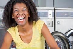 Gladlynt kvinna i tvätteri Arkivfoto