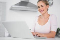 Gladlynt kvinna med bärbara datorn Royaltyfria Bilder