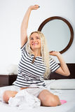Gladlynt kvinna med långt vakna för hår Arkivfoton