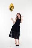 Gladlynt kvinna med makeup i retro stil som rymmer den guld- ballongen arkivbild