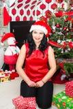 Gladlynt kvinna på julgranen Royaltyfri Bild
