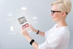 Gladlynt kvinna som använder minnestavlan royaltyfria foton