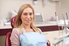 Gladlynt kvinna som har tand- undersökning royaltyfria bilder