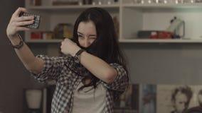 Gladlynt kvinna som hemma gör funeselfie arkivfilmer