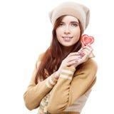 Gladlynt kvinna som rymmer röd pappers- hjärta Fotografering för Bildbyråer