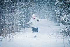Gladlynt kvinna som tycker om glädjerna av vintern Royaltyfri Fotografi