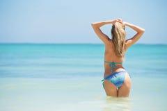 Gladlynt kvinna som tycker om semester i tropisk destination Arkivfoto