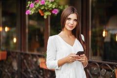 Gladlynt kvinnligt gå på stadsgatan som tycker om fri tid på våren, tillbringar veckoslutet royaltyfri foto