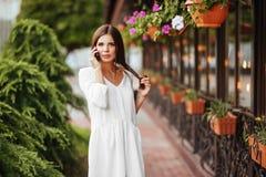Gladlynt kvinnligt gå på stadsgatan som tycker om fri tid på våren, tillbringar veckoslutet arkivfoton