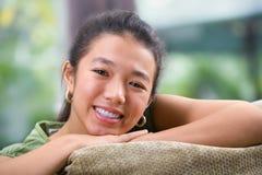 gladlynt kvinnligtonåring Arkivbild