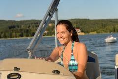 Navigera powerboat för gladlynt kvinna i sommar Fotografering för Bildbyråer