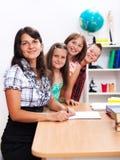 gladlynt lärare för flera deltagare Arkivbild