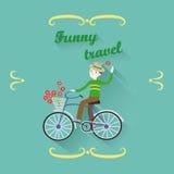 Gladlynt le man i en hatt som rider en cykel med en korgintelligens Royaltyfri Foto