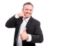 Gladlynt le mandanande kallar mig gesten Arkivfoto