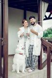 Gladlynt le stråla lyckligt vuxet gift par som utomhus står fotografering för bildbyråer