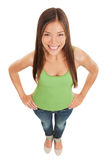Gladlynt le ung kvinna i jeans Arkivbild