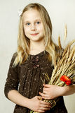 Gladlynt liten flicka - hälsning, höst! Arkivbilder
