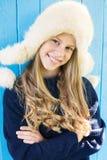 Gladlynt liten flicka i varm tröja arkivfoton