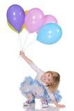Gladlynt liten flicka med ballonger fotografering för bildbyråer