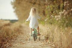 Gladlynt liten flicka på naturen royaltyfria bilder