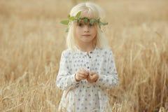 Gladlynt liten flicka utanför arkivbild