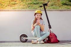 Gladlynt liten kvinnlig tagande bild på smartphonen royaltyfria foton
