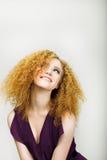 Livsstil. Lycklig kvinna för strålpunkt med lockigt guld- le för hår. Realitetsinnesrörelser Arkivfoton
