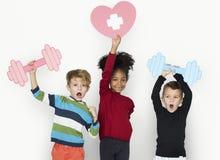 Gladlynt lycklig stående för barnkonditionstudio arkivbild