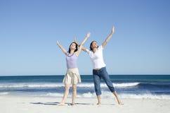 gladlynt lyckliga två kvinnor för strand arkivbilder