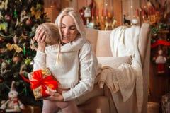 Gladlynt mamma och hennes gullig dotterflicka som utbyter gåvor arkivbilder