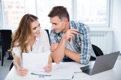 Gladlynt man och kvinna som flörtar på affärsmöte Arkivfoto