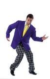 Gladlynt man som poserar i stor färgrik dräkt Arkivbild