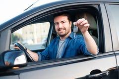 Gladlynt man som ?r lycklig, n?r att ha k?pt den nya bilen royaltyfria bilder